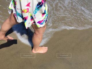 ビーチを歩く女性 - No.958241