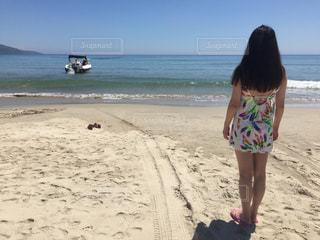 ビーチで見守る女性の写真・画像素材[958243]