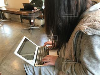 カフェでパソコンの写真・画像素材[969841]