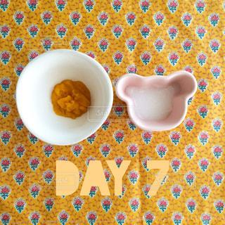 皿の上にカップの写真・画像素材[915627]