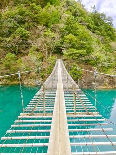 水の体の上の橋の写真・画像素材[934404]