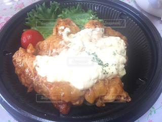 板の上に食べ物のボウルの写真・画像素材[919335]