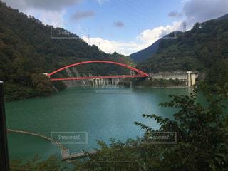赤い橋が映えるの写真・画像素材[919378]