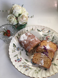 皿の上のケーキの写真・画像素材[922480]