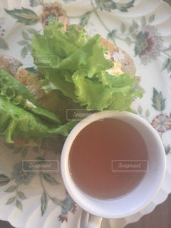 テーブルの上に食べ物のプレートの写真・画像素材[923796]