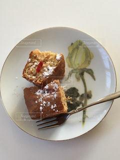 皿の上のケーキの写真・画像素材[935456]