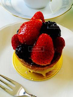 テーブルの上のケーキをのせた白プレート - No.1031834