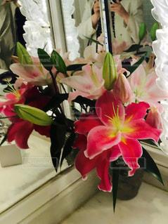 テーブルの上に花瓶の花の花束 - No.1120233