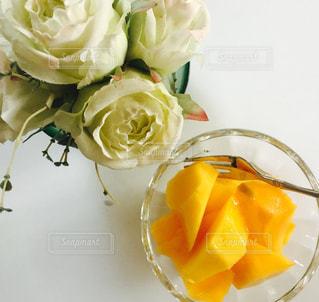 花のアップとデザートの写真・画像素材[1267769]