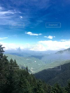 背景の大きな山のビューの写真・画像素材[1445832]