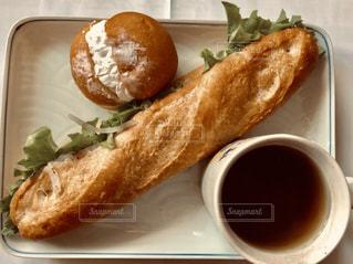 サンドイッチとコーヒーを入れた食べ物の皿の写真・画像素材[2887110]