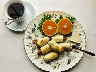 スライスを切り取った食べ物の皿の写真・画像素材[3809231]