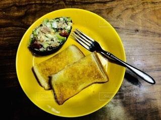 フォーク付きの食べ物の皿の写真・画像素材[4670997]