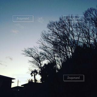 バック グラウンドで夕日を持つ男 - No.918318