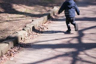 公園を走る男の子の写真・画像素材[997021]