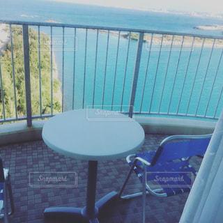フェンスの前に座っている椅子 - No.918261