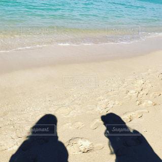 ビーチに座っている人々 のグループ - No.918262