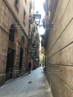 れんが造りの建物の前の狭い通り - No.918304