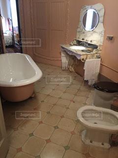 浴槽、シンク付きのバスルーム - No.918309