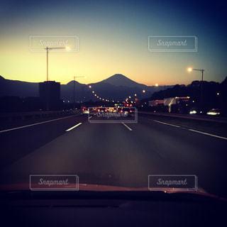 高速道路横の信号機の写真・画像素材[918363]