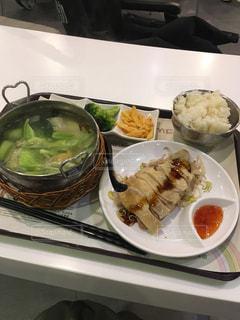 テーブルの上に食べ物のプレートの写真・画像素材[918414]