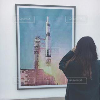 カメラにポーズ鏡の前に立っている女性の写真・画像素材[918672]