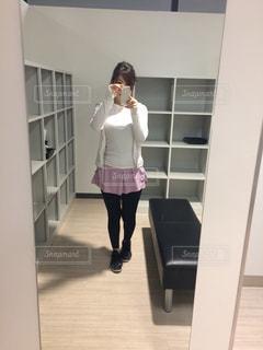 カメラにポーズ鏡の前に立っている女性 - No.1258262