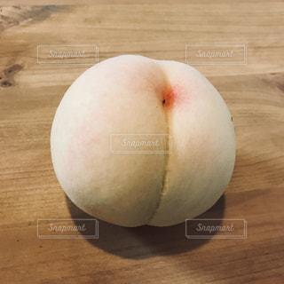 木製のテーブルの上の桃の写真・画像素材[919942]