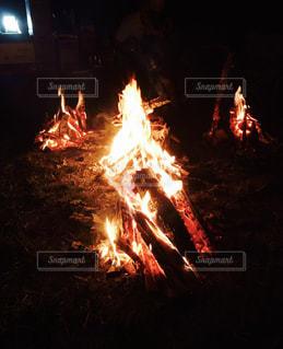 暗い部屋に座って暖炉の写真・画像素材[921035]
