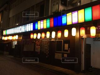 夜の店の前の写真・画像素材[921037]