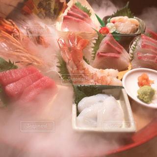 テーブルの上に食べ物のプレートの写真・画像素材[921781]