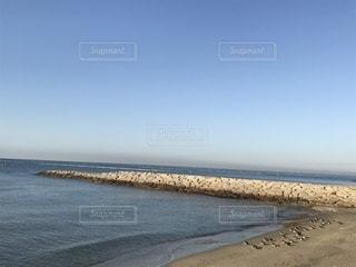昼間の海辺の写真・画像素材[921053]