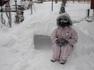 雪の中で座っている人の写真・画像素材[1605196]
