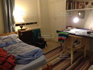 ベッドと小さな部屋で机付きのベッドルームの写真・画像素材[920976]