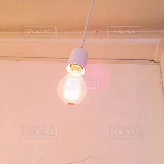 カフェの電球の写真・画像素材[921295]
