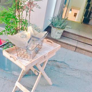 テーブルの上の花の写真・画像素材[921337]