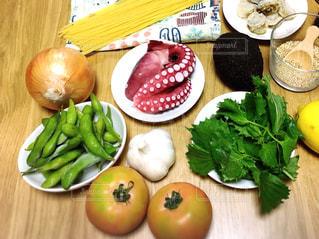 食品のさまざまな種類をトッピング木製テーブルの写真・画像素材[921533]