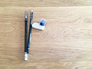 木製テーブル・鉛筆・消しゴム・鉛筆削りの写真・画像素材[922197]