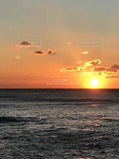 水の体に沈む夕日の写真・画像素材[940106]