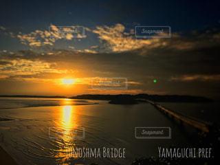 水の体に沈む夕日の写真・画像素材[921607]