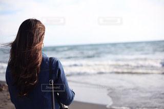 海を見ている女性の写真・画像素材[921677]