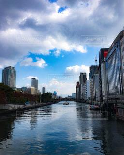 ビルと川の写真・画像素材[921795]