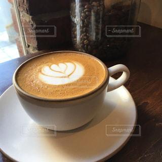 カプチーノとコーヒー豆の写真・画像素材[921797]