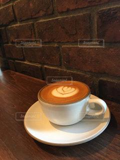 テーブルの上のコーヒー カップの写真・画像素材[921798]