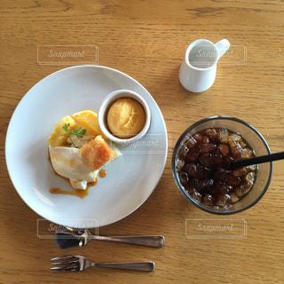 食品とコーヒーのカップのプレートの写真・画像素材[921857]