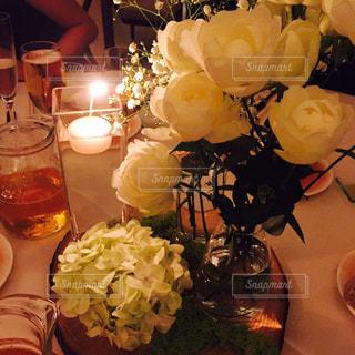テーブルの上の花の写真・画像素材[921881]