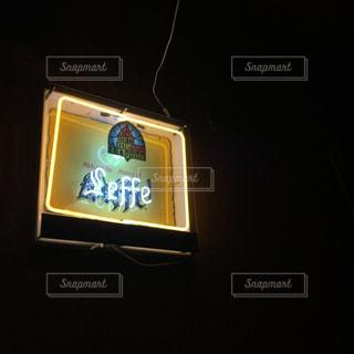 暗い室内のネオン看板の写真・画像素材[921882]