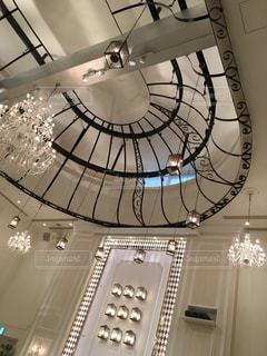 天井からぶら下がっている時計の写真・画像素材[921886]