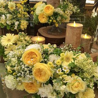 テーブルの上の花の花瓶の写真・画像素材[922234]