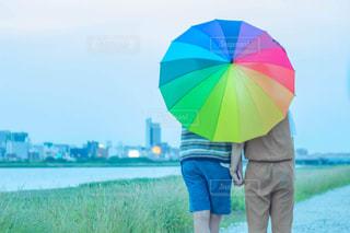 雨上がりの虹傘カップルの写真・画像素材[1282251]
